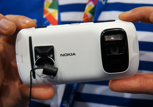 Nokia EOS Prototype Allegedly Has a Mix of PureView 808 and Lumia 920